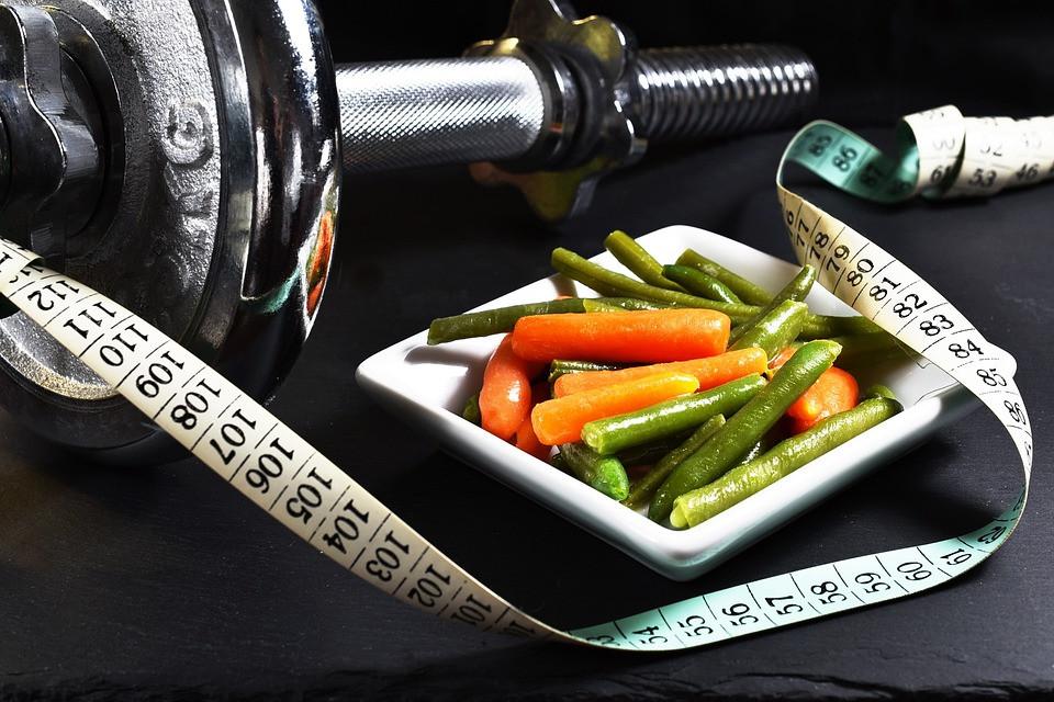Engana-se quem pensa que basta fazer exercícios que a perda de peso ocorrerá. É preciso conciliar sua rotina de exercícios com hábitos mais saudáveis, especialmente no que diz respeito à alimentação. E nesse post vamos te explicar o porquê!