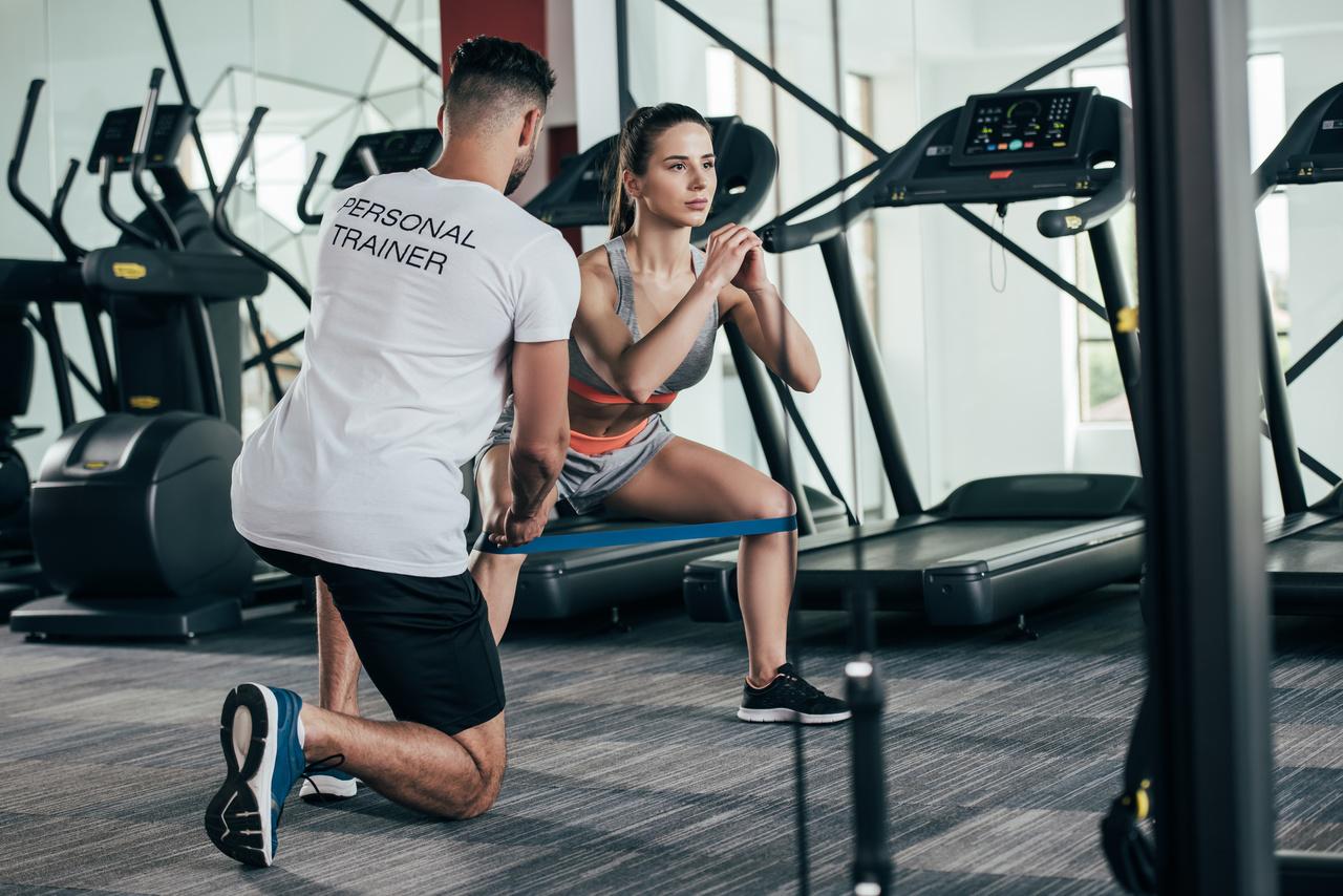 Escolher um profissional competente para auxiliar nos treinamentos é fundamental, por isso trouxemos um artigo especial para te ajudar como escolher um personal trainer!