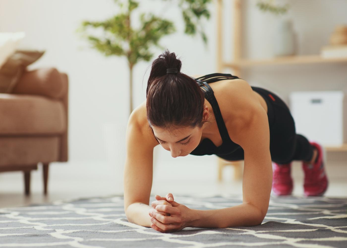 Iniciar uma rotina de exercícios não é simples, mas saiba que é possível sim fazer atividades em casa e sair da vida sedentária.  Veja neste artigo!